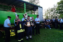 Die Wettbewerbsgruppe aus Gandesbergen nahm gleich zwei Trophäen mit nach Hause, den Pokal für den 1. Platz und die Wanderplakette für den schnellsten Schlauchtrupp