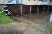 Bei einem Gebäude stand der Hof vor den sechs Garagen unter Wasser