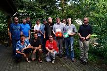 """Die Teilnehmer der Einweisung mit Friedrich Kruse (5. von links) waren sich einig: """"Nichts tun kann Menschenleben kosten und wir sind stolz, dass wir nun in der Lage sind effektiv zu helfen"""