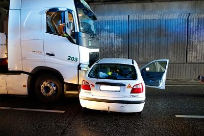 Plötzlicher Fahrspurwechsel führt zur Kollision mit Lkw