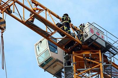 Feuerwehrkräfte auf Baukran
