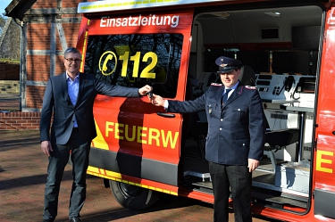 Knut Hallmann übergibt symbolisch den Schlüssel an den Leiter der ELO Felix Schliephake