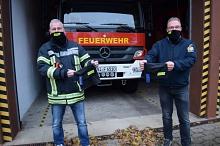 Der stellvertretende Ortsbrandmeister Jörg Häsemeyer (links) und der stellvertretende Fördervereinsvorsitzende Olaf Köpper präsentieren die so genannten Schlauchtücher. Wer neu in den Verein eintritt, bekommt bis zum Jahresende ein Exemplar gratis.