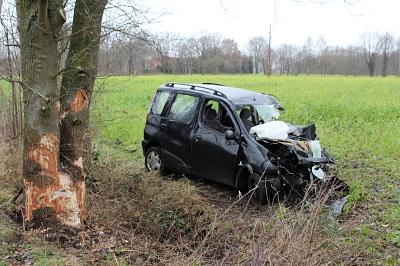 PKW prallt frontal gegen Baum
