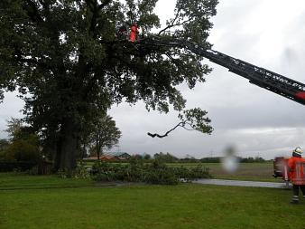 In Düdinghausen mussten am nächsten nochmals Baumteile mit Hilfe der Drehleiter entfernt werden ...